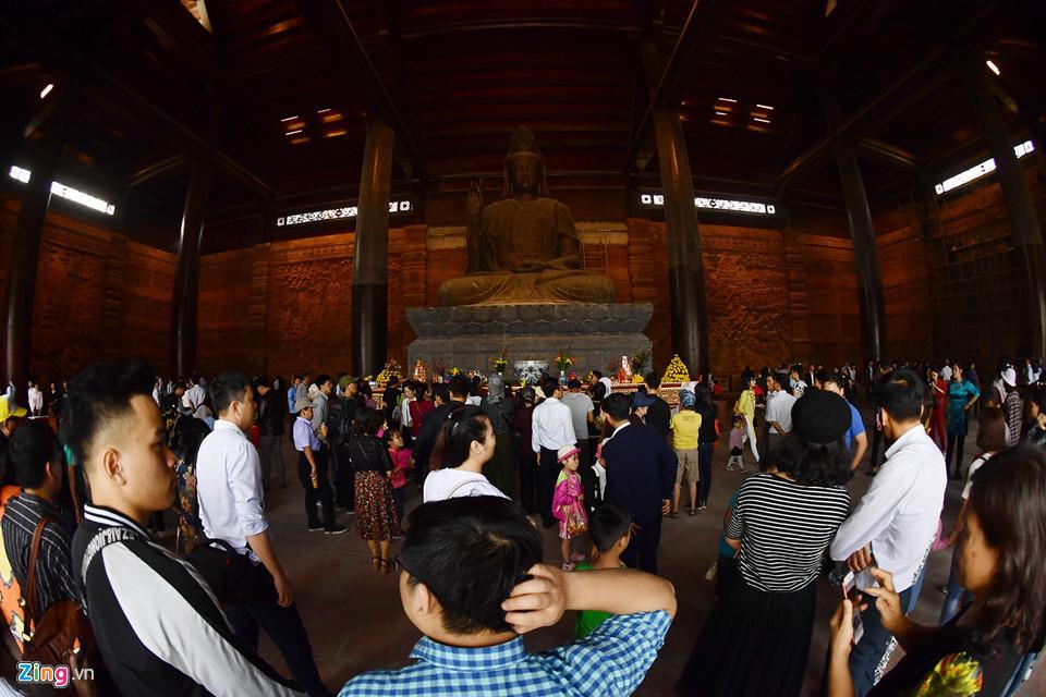 Dòng người đến ngôi chùa lớn nhất thế giới ở Hà Nam dù chưa xây xong-16