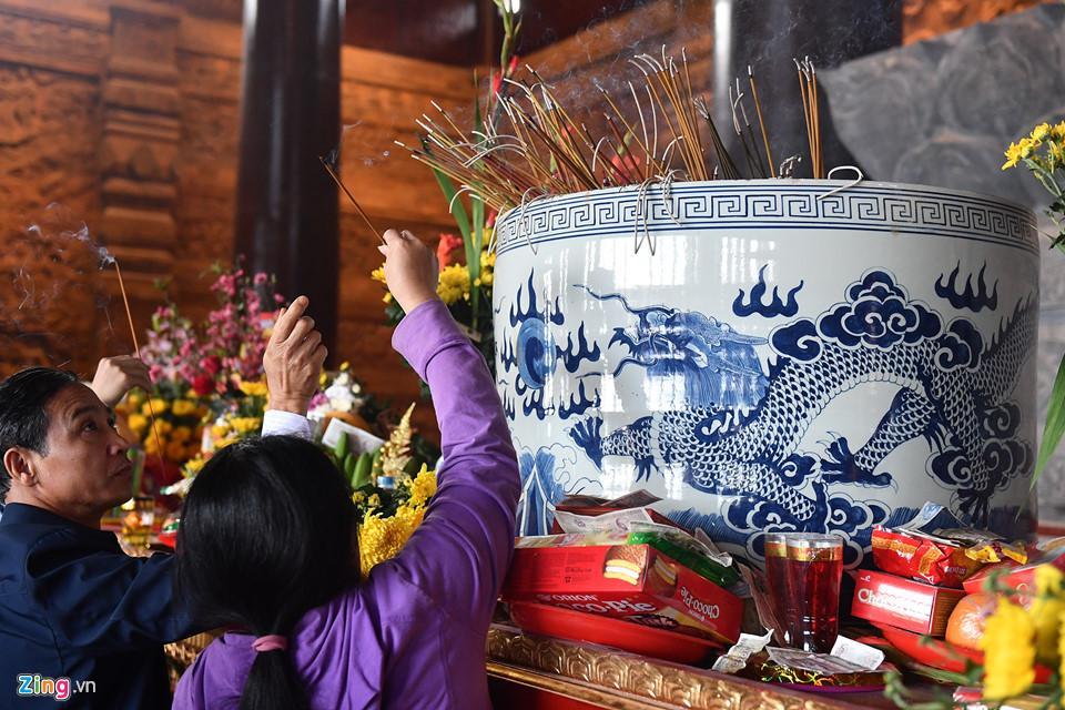 Dòng người đến ngôi chùa lớn nhất thế giới ở Hà Nam dù chưa xây xong-17