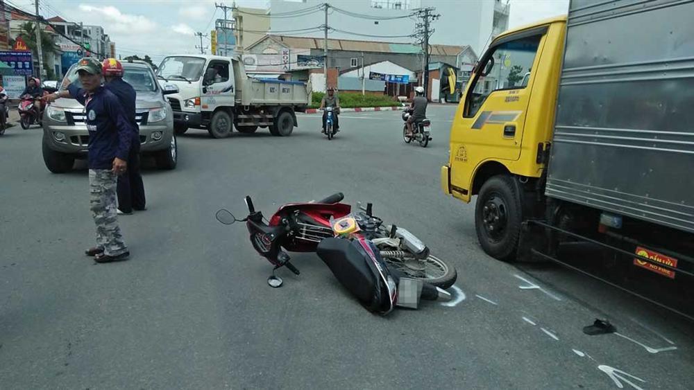 3 thanh niên trên một chiếc xe máy tử nạn sau pha va chạm với xe tải-1