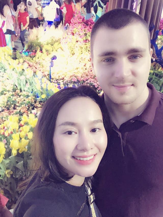 Sau thời gian lẻ bóng nuôi con, vợ cũ Thành Trung có bạn trai Tây và đang sống trong những ngày tháng ngôn tình-12