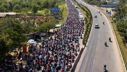 Người dân đổ về Sài Gòn sau Tết, kẹt xe nghiêm trọng ở cửa ngõ TP