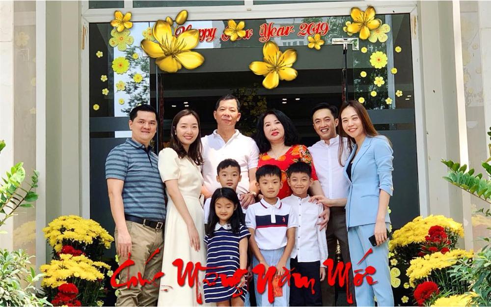 Bức ảnh đẹp nhất ngày đầu năm: Subeo hạnh phúc bên ba Cường Đô La và mẹ kế Đàm Thu Trang-1