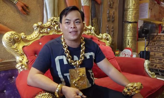 Đại gia đeo nhiều vàng nhất Việt Nam lại gây xôn xao với bộ sưu tập 3 siêu xe dát vàng chục tỷ trên đường phố Sài Gòn-2