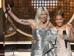Lady Gaga bật khóc, Ariana Grande gây hấn với Grammy vẫn nhận giải