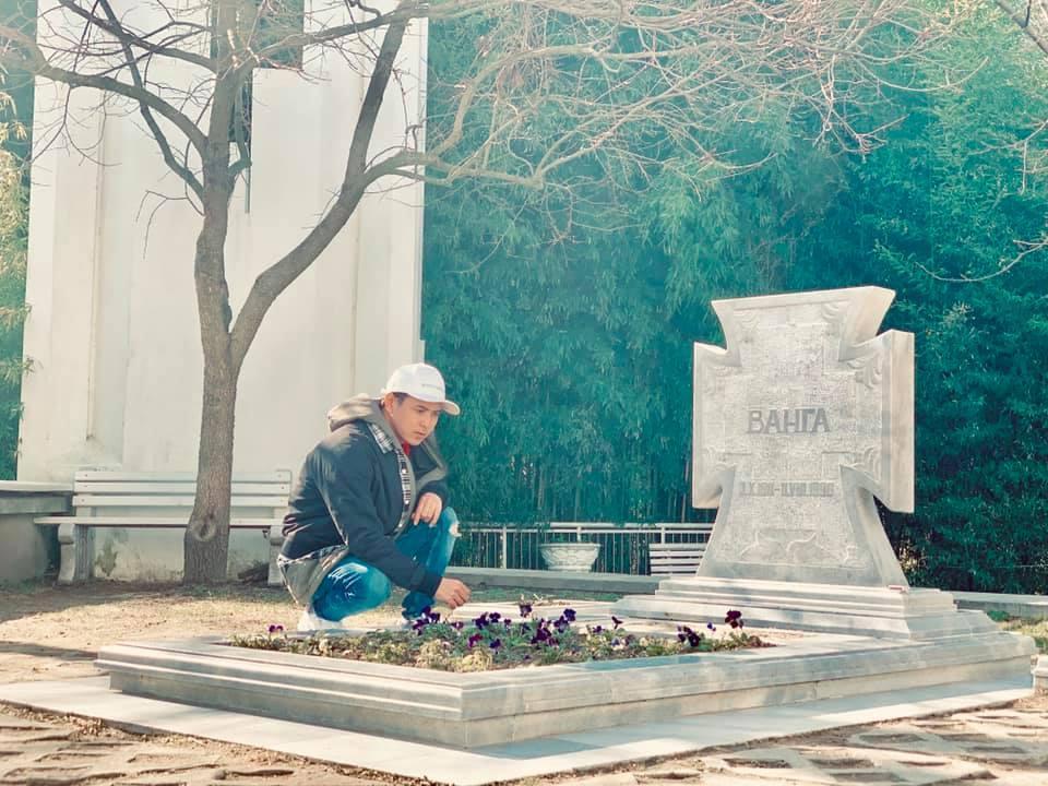 Đầu năm mới, Hồ Quang Hiếu đi thăm mộ nhà tiên tri mù Vanga-1