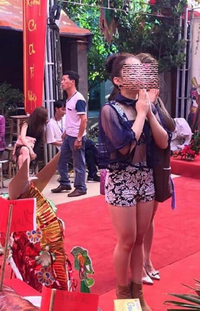 Cô gái khiến người nhìn shock nặng vì khoảnh khắc hở tấm lưng trần khi đi lễ chùa đầu năm-3