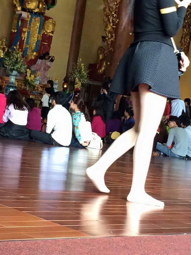 Cô gái khiến người nhìn shock nặng vì khoảnh khắc hở tấm lưng trần khi đi lễ chùa đầu năm-4