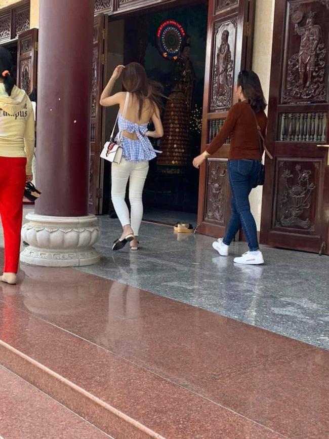 Cô gái khiến người nhìn shock nặng vì khoảnh khắc hở tấm lưng trần khi đi lễ chùa đầu năm-8