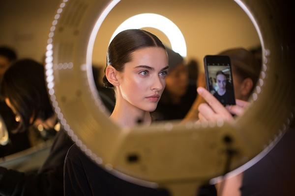 Người mẫu bạch tạng từng tham gia Victorias Secret Show sẽ diễn cho NTK Công Trí tại New York Fashion Week-4