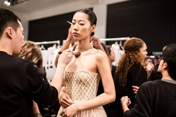 Người mẫu bạch tạng từng tham gia Victorias Secret Show sẽ diễn cho NTK Công Trí tại New York Fashion Week-6