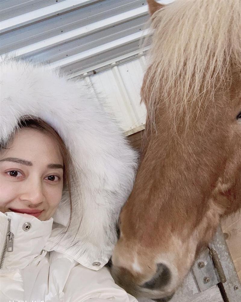 Hòa Minzy che mặt khi gặp người Việt tại nước ngoài vì sợ xấu quá khi không make up-3