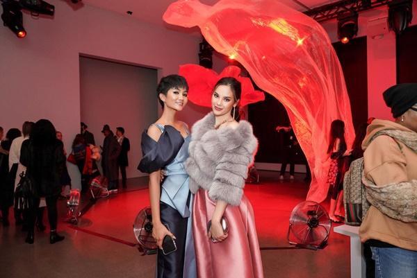 HHen Niê và Hoa hậu Hoàn Vũ Catriona Gray đẹp bất phân thắng bại khi hội ngộ trên đất Mỹ-1