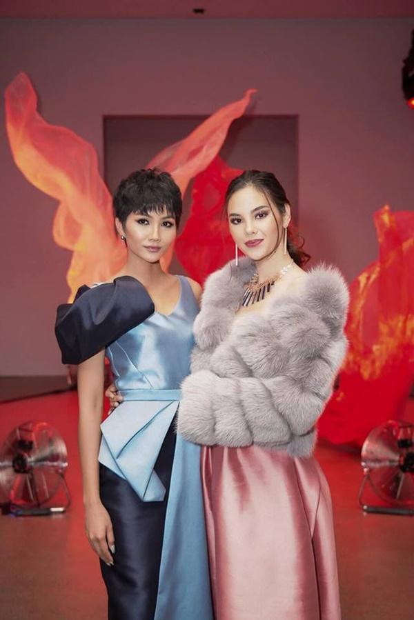 HHen Niê và Hoa hậu Hoàn Vũ Catriona Gray đẹp bất phân thắng bại khi hội ngộ trên đất Mỹ-2