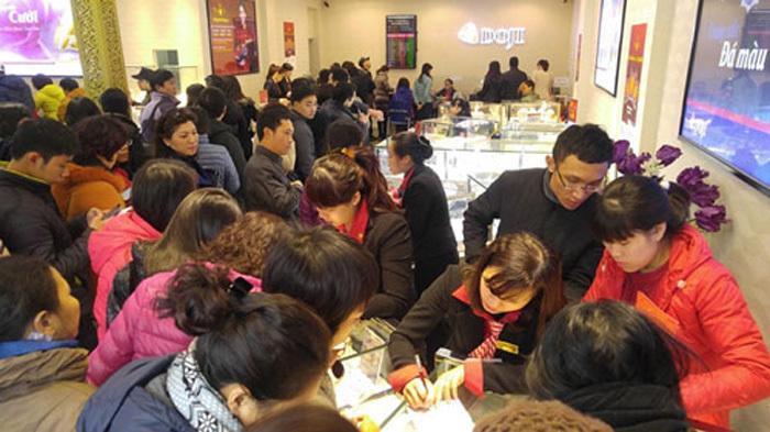 Ngày vía Thần Tài: Khiếp cảnh xếp hàng, nhân viên mỏi tay bán vàng online-1