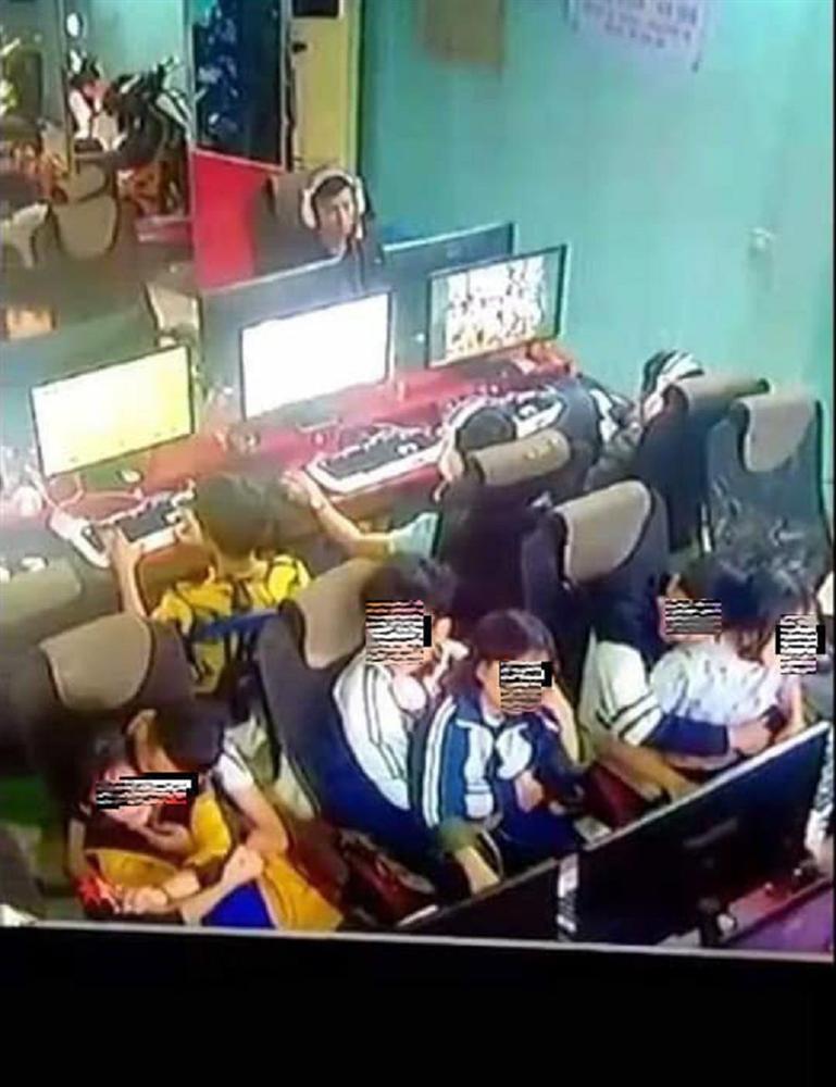 Nhức mắt cảnh 3 đôi học sinh ngồi bế nhau, ôm hôn trong quán net-1