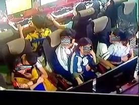 'Nhức mắt' cảnh 3 đôi học sinh ngồi bế nhau, ôm hôn trong quán net