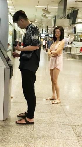 Hớ hênh không mặc nội y đi rút tiền ở cây ATM, cô gái trẻ gây bão mạng những ngày đầu năm mới-3
