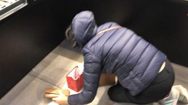 Vừa mua vàng đã rơi mất, vị khách đen đủi huy động cả cửa hàng đi tìm-2
