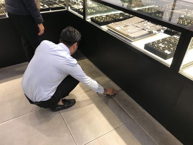Vừa mua vàng đã rơi mất, vị khách đen đủi huy động cả cửa hàng đi tìm-3
