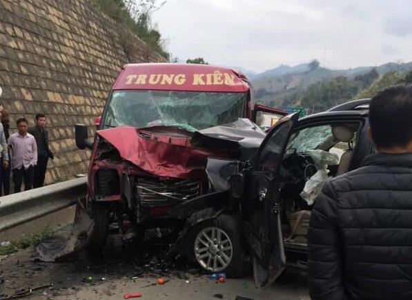 Tin mới vụ xe khách và ô tô đâm nhau kinh hoàng trên cao tốc-1