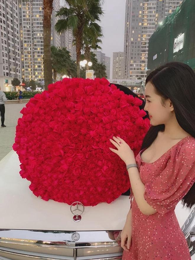 Đã tìm ra cô gái số hưởng trong clip tặng quà dịp Valentine: Ngoại hình giống thế này bảo sao bị nhầm là Lê Âu Ngân Anh-1