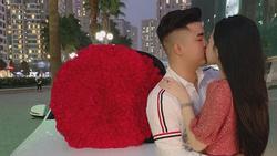 Soái ca trong clip tặng quà cho bạn gái dịp Valentine tiết lộ giá trị bó hoa khủng