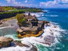 Đền thiêng trên đảo đá giữa biển ở thiên đường du lịch Bali