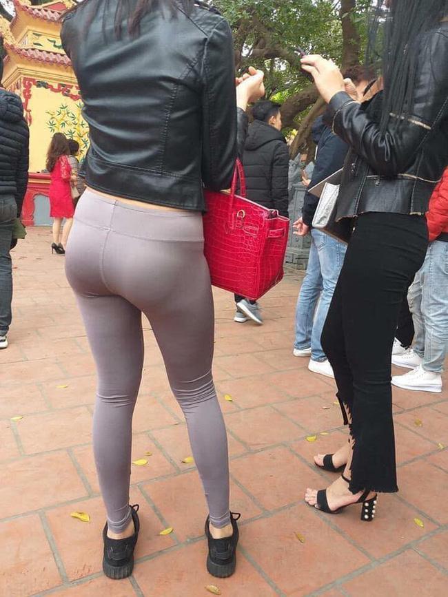 Mặc quần bó sát hằn rõ nội y khi đi lễ chùa, cô gái khiến ai cũng ngán ngẩm: Đúng là thời trang phang địa điểm-1