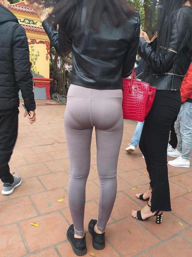 Mặc quần bó sát hằn rõ nội y khi đi lễ chùa, cô gái khiến ai cũng ngán ngẩm: Đúng là thời trang phang địa điểm-2
