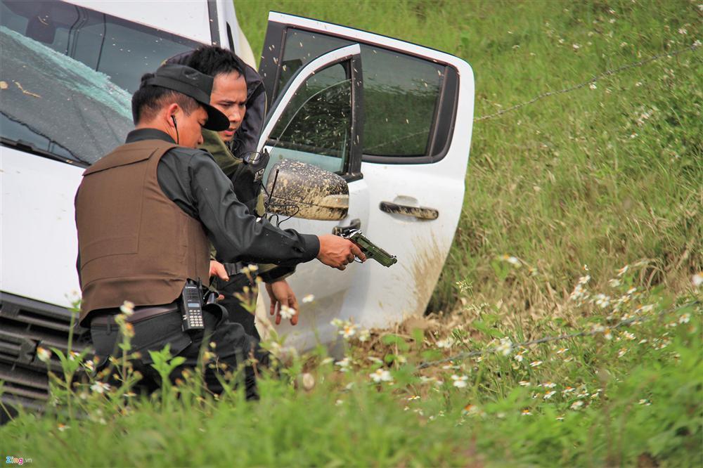 Khẩu súng của nhóm cố thủ trong ôtô suốt nhiều giờ đã lên đạn-5