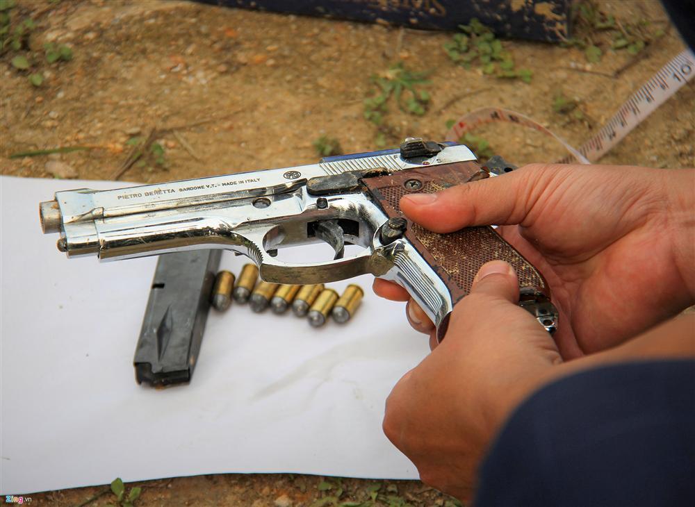 Khẩu súng của nhóm cố thủ trong ôtô suốt nhiều giờ đã lên đạn-6