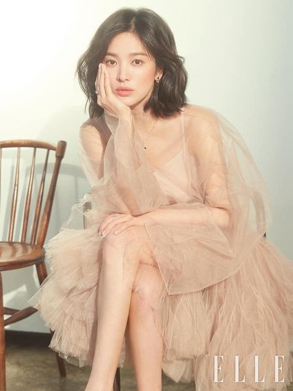 Cùng một chiếc váy, Song Hye Kyo được netizen khen tới tấp vì quá sang chảnh, Angela Baby bị ví như cá vàng bơi-1