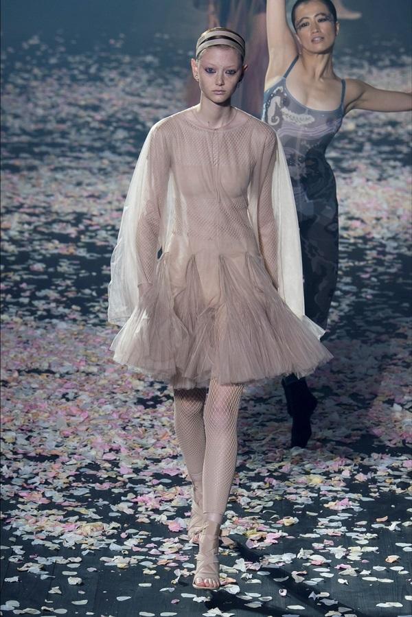 Cùng một chiếc váy, Song Hye Kyo được netizen khen tới tấp vì quá sang chảnh, Angela Baby bị ví như cá vàng bơi-5