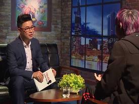 Nam ca sĩ tố gạ tình bị mất bình tĩnh khi trả lời về giới tính