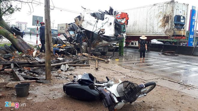 Xe container đâm liên hoàn trên quốc lộ, 1 người chết, 7 bị thương-1