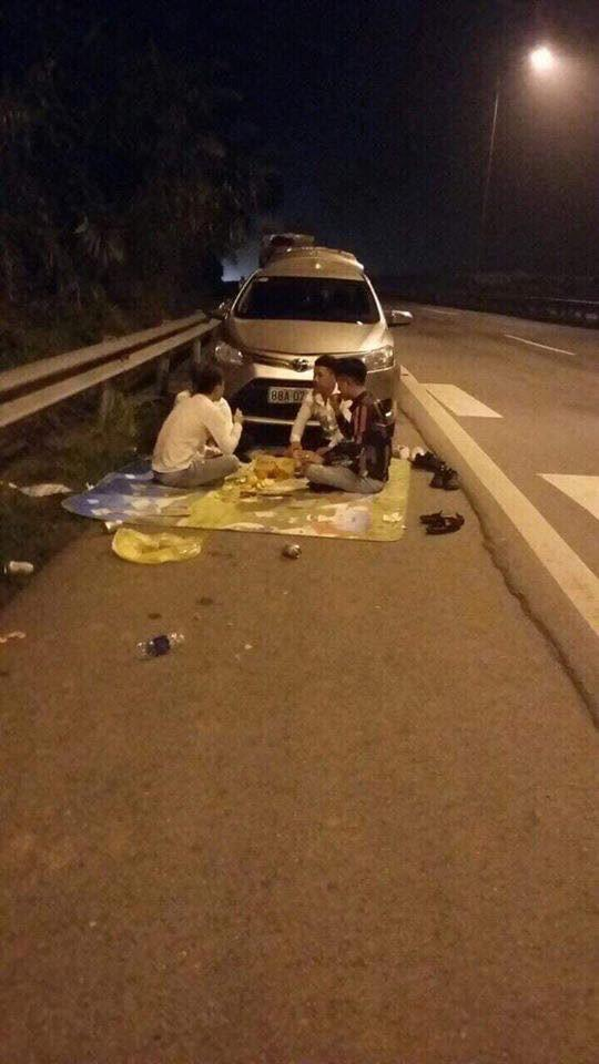 Ngồi ăn trên cao tốc và loạt hành động đùa giỡn giao thông nguy hiểm-1