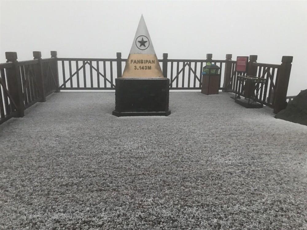 Mưa băng lã chã ngỡ tuyết rơi, phủ trắng đường lên đỉnh Fansipan-3