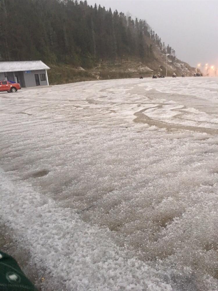 Mưa băng lã chã ngỡ tuyết rơi, phủ trắng đường lên đỉnh Fansipan-4