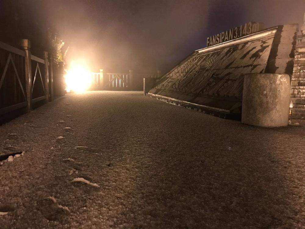 Mưa băng lã chã ngỡ tuyết rơi, phủ trắng đường lên đỉnh Fansipan-9