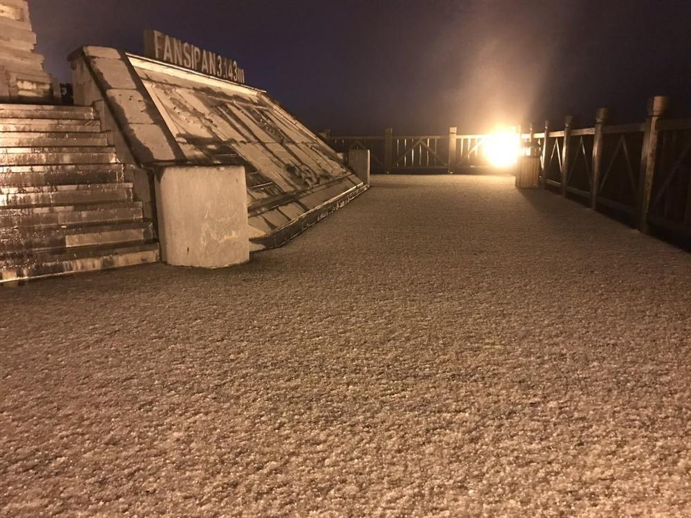 Mưa băng lã chã ngỡ tuyết rơi, phủ trắng đường lên đỉnh Fansipan-10