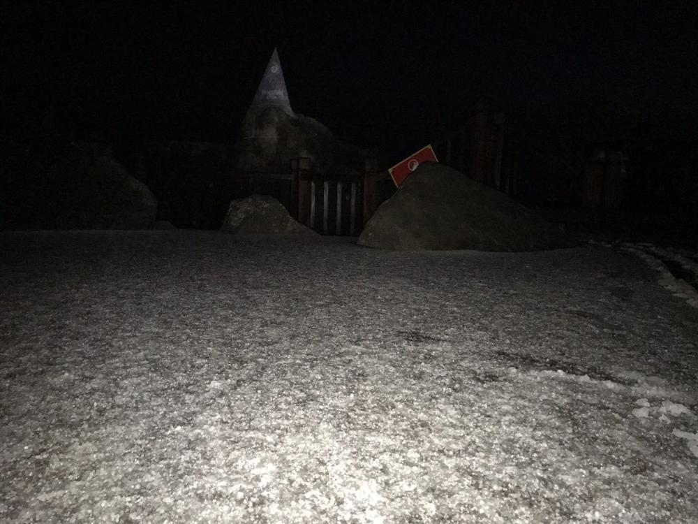 Mưa băng lã chã ngỡ tuyết rơi, phủ trắng đường lên đỉnh Fansipan-15
