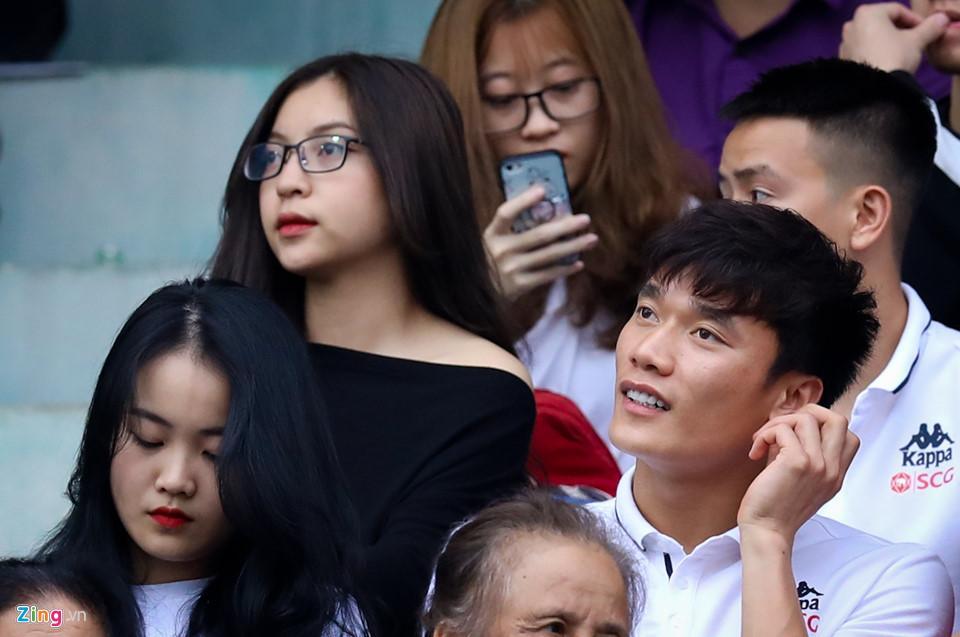 Phải ngồi ghế khán giả cùng Nhật Lê xem CLB nhà thi đấu đã không vui, Bùi Tiến Dũng còn bị soi khoảnh khắc kém sang-2