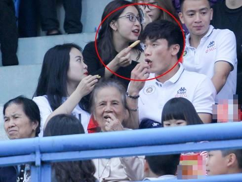 Phải ngồi ghế khán giả cùng Nhật Lê xem CLB nhà thi đấu đã không vui, Bùi Tiến Dũng còn bị soi khoảnh khắc 'kém sang'