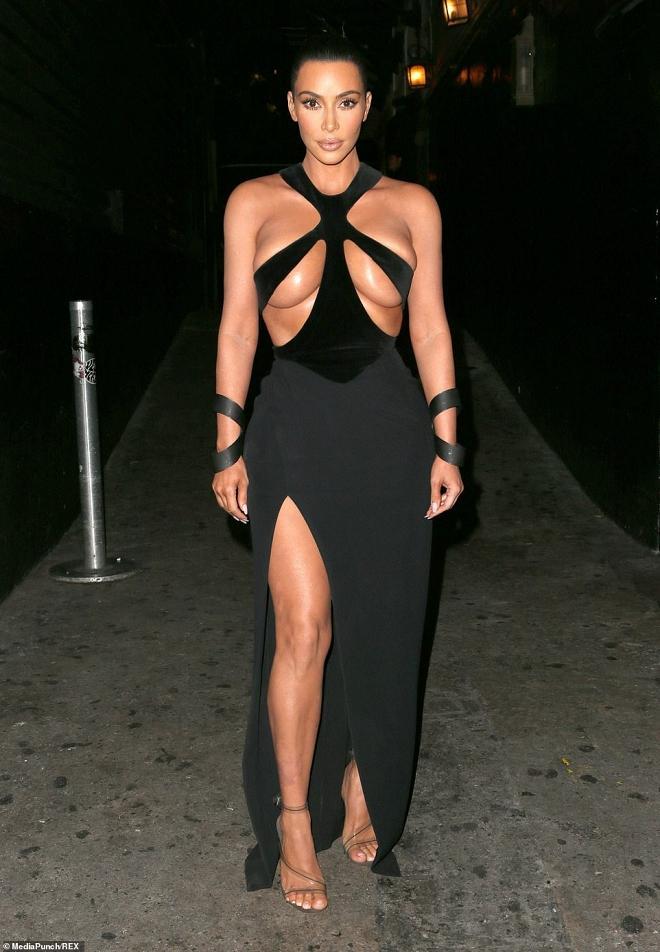 Ngực nặng trĩu như hai trái bom nhưng Kim Kardashian vẫn nghiện diện đầm bức tử vòng 1-1