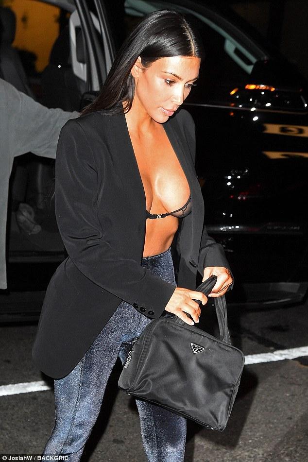 Ngực nặng trĩu như hai trái bom nhưng Kim Kardashian vẫn nghiện diện đầm bức tử vòng 1-8