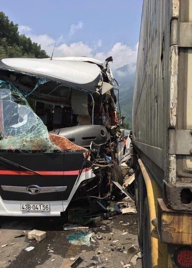 Đà Nẵng: Xe khách nát bươm sau khi tông xe container, 13 du khách nhập viện-1