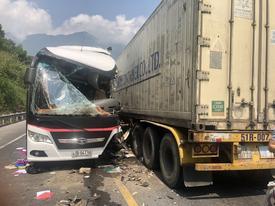 Đà Nẵng: Xe khách 'nát bươm' sau khi tông xe container, 13 du khách nhập viện