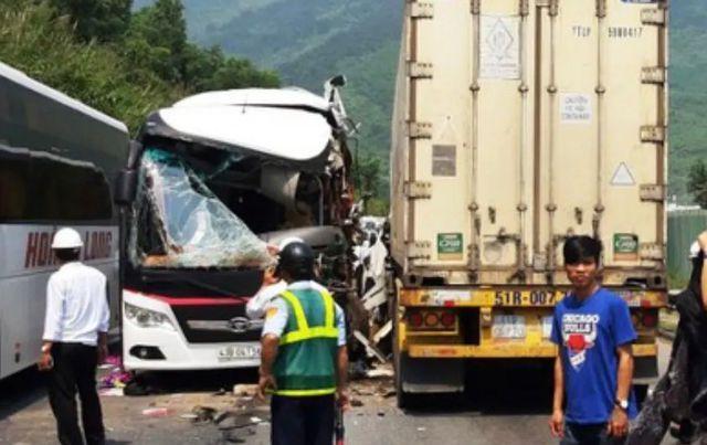 Đà Nẵng: Xe khách nát bươm sau khi tông xe container, 13 du khách nhập viện-3