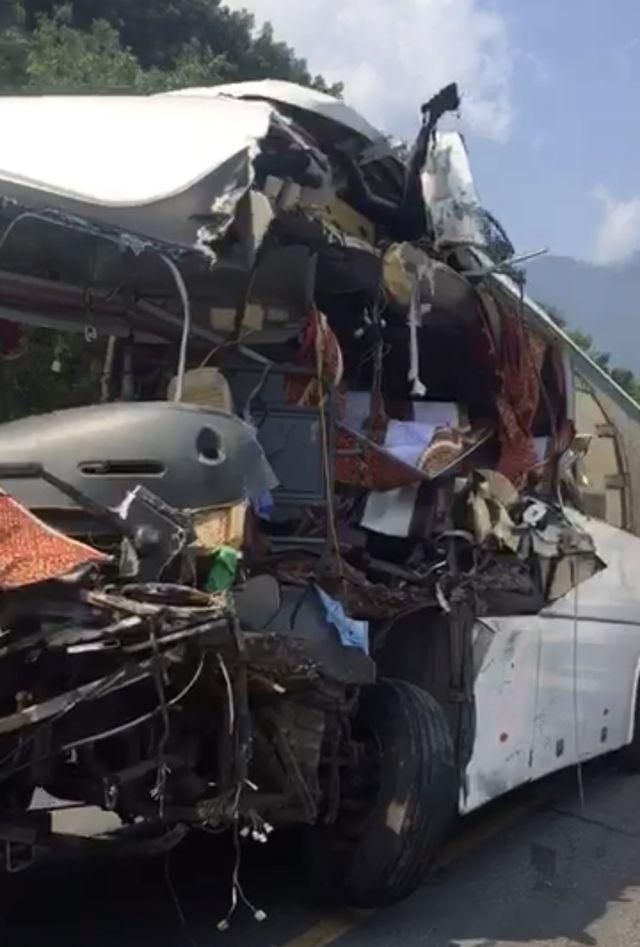 Đà Nẵng: Xe khách nát bươm sau khi tông xe container, 13 du khách nhập viện-4