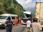 Đà Nẵng: Xe khách nát bươm sau khi tông xe container, 13 du khách nhập viện-5